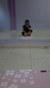 Penampakan gw pas masuk Yoga Class pertama. Iya, matrasnya centil banget pake bunga-bunga segala.